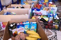 Cajas de alimento que se reparten entre los más necestiados